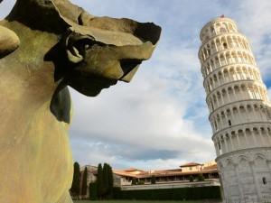 Un angelo di Mitoraj in Piazza dei Miracoli a Pisa